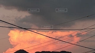 真夏の夕暮れとキレイに染まった雲の写真・画像素材[4745889]