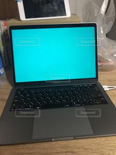 テーブルの上に座ってオープン ラップトップ コンピューターの写真・画像素材[923724]