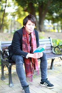 公園のベンチに座っている女性の写真・画像素材[948668]