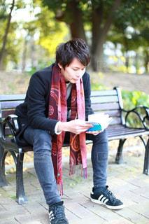 公園のベンチに座っている女性 - No.948669