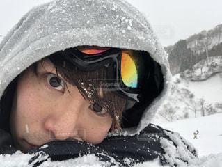 雪の中で、selfie を取る女性の写真・画像素材[948671]