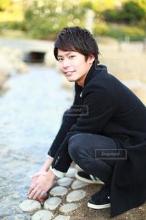 ビーチに座っている少年の写真・画像素材[948677]
