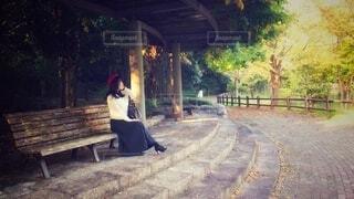 公園のベンチに座っている女性の写真・画像素材[4876517]