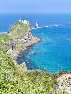神威岬の灯台と積丹ブルーの海の写真・画像素材[4754783]