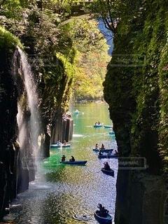 真名井の滝を眺めながらボートを漕ぐ人達の写真・画像素材[4755112]