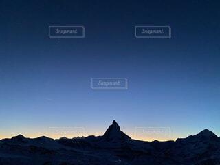 スイスのツェルマットにてマッターホルンのシルエットの写真・画像素材[4758293]