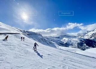 スイスツェルマットのスキー場でかっ飛ばすスノーボーダーの写真・画像素材[4760181]