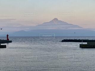 礼文島香深港から見た利尻富士の赤焼けの写真・画像素材[4760238]