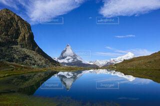 スイス ツェルマットのリッフェル湖に映るマッターホルンの写真・画像素材[4763227]