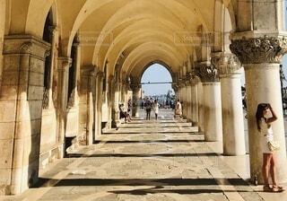 ヴェネツィア サンマルコ広場の回廊でたたずむ人の写真・画像素材[4766584]