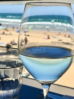 マンリービーチでワイングラスを通して見える風景の写真・画像素材[4802332]