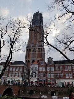 建物の前にある大きな時計塔の写真・画像素材[4755734]