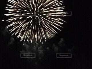 空の花火の写真・画像素材[4755806]