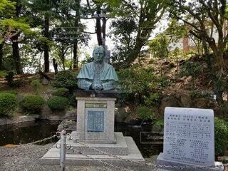 木の中に座っている人の像の写真・画像素材[4761681]