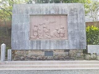建物の前に座っている石のベンチの写真・画像素材[4761683]