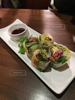 食べ物の皿をテーブルの上に置くの写真・画像素材[4754509]