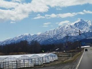 山に雪の残る広大な景色の写真・画像素材[4754545]