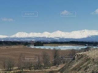 背景に山のある水の体の写真・画像素材[4754544]