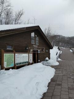 雪に覆われた家の写真・画像素材[4770288]