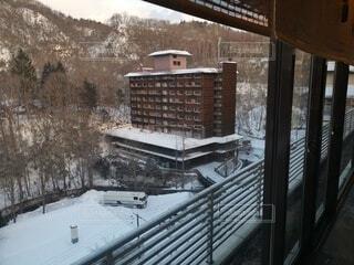 雪に覆われた橋の眺めの写真・画像素材[4770290]