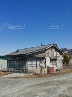 家の前の未舗装道路の写真・画像素材[4770289]