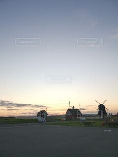 落ちて行く夕陽の写真・画像素材[4779100]
