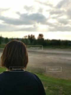 芝生で覆われた畑の上に立っている人の写真・画像素材[4800490]