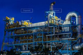 背景に青い空が見える工場の写真・画像素材[4806395]