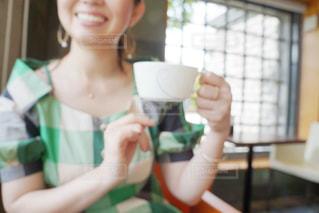 カップを保持している人の写真・画像素材[1285701]
