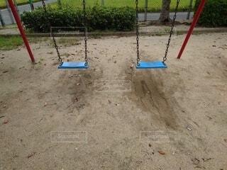 砂の中にセットされたスイングの写真・画像素材[4785243]