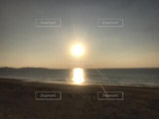 ビーチに沈む夕日の写真・画像素材[4769863]