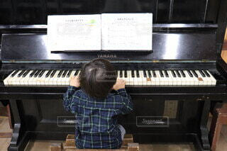 ピアノを弾くこどもの写真・画像素材[4776343]