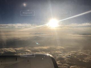 雲に覆われた白い雲の上を飛ぶ飛行機の写真・画像素材[4770558]