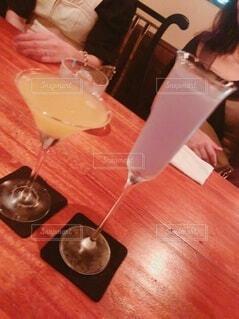 テーブルの上にカクテルグラスの写真・画像素材[4761522]