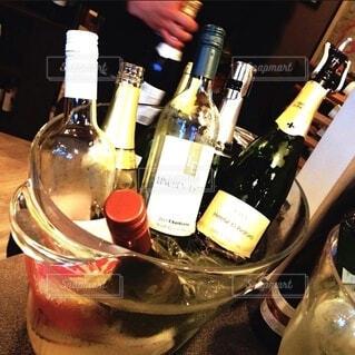 テーブルの上にワイン1本の写真・画像素材[4762746]