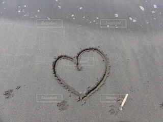 砂にハートの写真・画像素材[4811331]