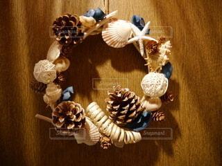 貝殻と松ぼっくりのリースの写真・画像素材[4811344]