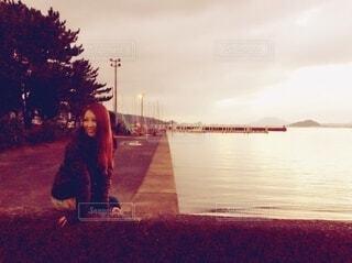 夕方の静かな海岸で3回目のデートの写真・画像素材[4760766]