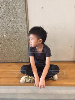 少年は地面に横たわっています。の写真・画像素材[708284]