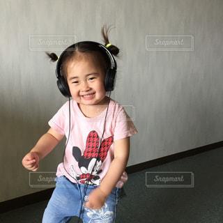 スケート ボードを保持している小さな女の子の写真・画像素材[708289]