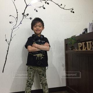部屋に立っている少年の写真・画像素材[708290]