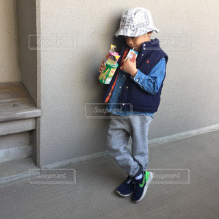 若い子が携帯電話で話しています。の写真・画像素材[708292]