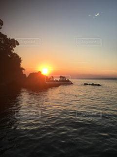 水の体に沈む夕日の写真・画像素材[761707]