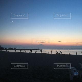水の体に沈む夕日の写真・画像素材[761709]