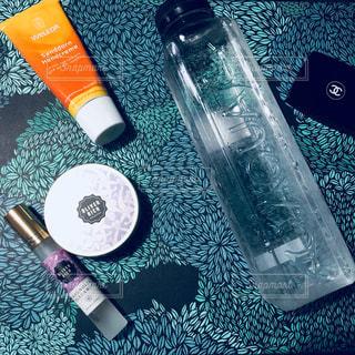 テーブルの上の水のボトルの写真・画像素材[855591]