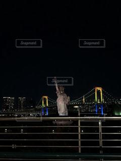 夜のライトアップされた街の写真・画像素材[944198]
