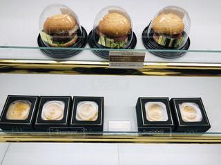 食品のさまざまな種類のガラスの陳列ケースの写真・画像素材[1635759]