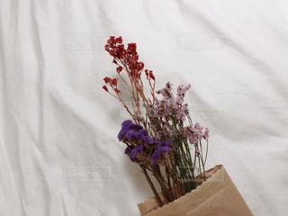 テーブルの上の花の花瓶の写真・画像素材[1635761]