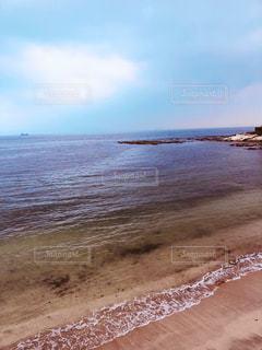 水の体の横にある砂浜のビーチの写真・画像素材[1635949]