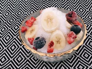 皿の上のフルーツ ボウルの写真・画像素材[1635969]